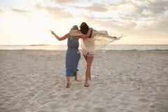 Amis de femme appréciant un jour sur la plage Photographie stock
