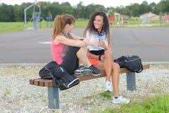 Amis de femmes ayant la coupure pendant la formation Photo stock