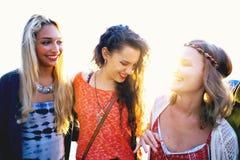 Amis de femmes collant le concept d'été de bonheur Image stock