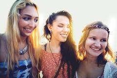Amis de femmes collant le concept d'été de bonheur Images libres de droits