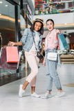 Amis de femmes faisant des emplettes ensemble au centre commercial Photos libres de droits