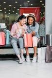 Amis de femmes faisant des emplettes ensemble au centre commercial Photo stock
