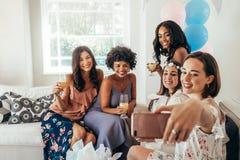 Amis de femmes faisant le selfie à la fête de naissance Photos stock