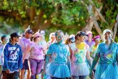 Amis de femmes marchant dans la course d'amusement de frénésie de couleur photographie stock