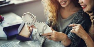 Amis de femmes parlant le concept d'achats de mode Image libre de droits