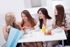 Amis de femmes regardant des achats Images libres de droits