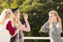 Amis de femmes soufflant des bulles de savon Photographie stock