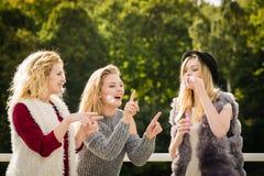 Amis de femmes soufflant des bulles de savon Photo stock