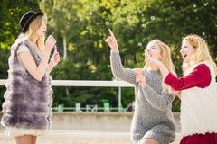 Amis de femmes soufflant des bulles de savon Images libres de droits