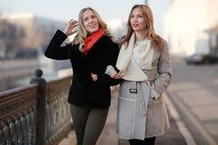 Amis de femmes voyageant dans la ville Photographie stock