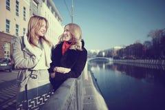 Amis de femmes voyageant dans la ville Images libres de droits