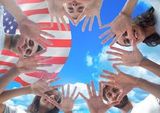 Amis de Flags_American Flags_0031Smiling d'Américain avec des mains ensemble contre le drapeau américain Photo libre de droits