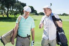Amis de golfeur marchant et causant Photos libres de droits