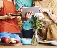 Amis de groupe mangeant le concept de recherches de Tablette de dîner Photo stock