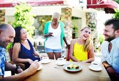Amis de groupe refroidissant le concept parlant de vacances Photos libres de droits
