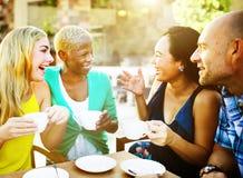 Amis de groupe refroidissant le concept parlant de vacances Photo libre de droits