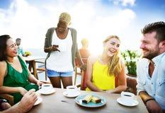 Amis de groupe refroidissant le concept parlant de vacances Photographie stock