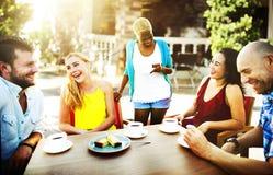 Amis de groupe refroidissant le concept parlant de vacances Photo stock
