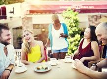 Amis de groupe refroidissant le concept parlant de vacances Image libre de droits