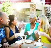 Amis de groupe refroidissant le concept parlant de vacances Photos stock