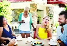 Amis de groupe refroidissant le concept parlant de vacances Images stock