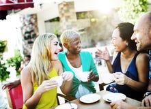 Amis de groupe refroidissant le concept parlant de vacances Images libres de droits