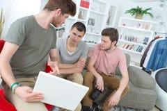 Amis de groupe travaillant sur le nouveau projet à la maison Photos libres de droits