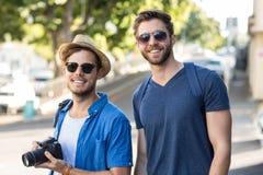 Amis de hanche faisant une promenade Photographie stock