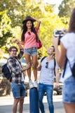 Amis de hanche posant pour une photo Photo stock
