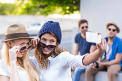 Amis de hanche prenant des selfies Image stock
