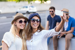 Amis de hanche prenant des selfies Photo libre de droits