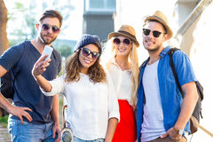 Amis de hanche prenant des selfies Photos libres de droits