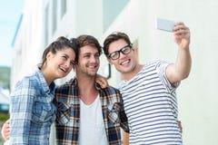 Amis de hanche prenant le selfie Photographie stock