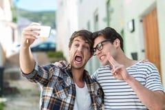 Amis de hanche prenant le selfie Images libres de droits