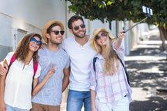 Amis de hanche prenant le selfie Images stock