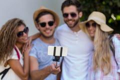 Amis de hanche prenant le selfie Photographie stock libre de droits