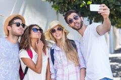 Amis de hanche prenant le selfie Image stock