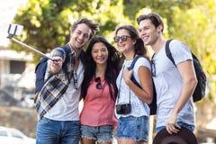 Amis de hanche prenant le selfie Photos libres de droits