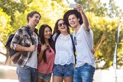 Amis de hanche prenant le selfie Photo libre de droits