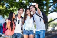 Amis de hanche prenant le selfie Photo stock