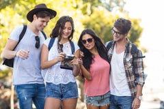 amis de hanche regardant l'appareil photo numérique Image libre de droits