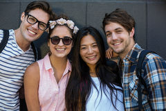 Amis de hanche souriant à l'appareil-photo Photo stock