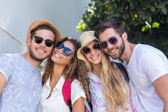 Amis de hanche souriant à l'appareil-photo Photos stock