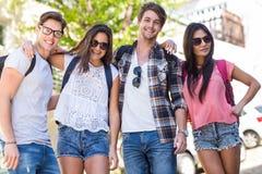 Amis de hanche souriant et posant pour l'appareil-photo Photos libres de droits