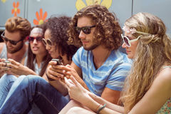 Amis de hippie à l'aide de leurs téléphones Photographie stock