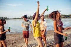 Amis de hippie à la plage Image stock