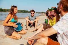 Amis de hippie à la plage Image libre de droits
