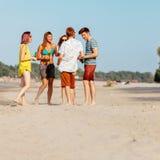 Amis de hippie à la plage Photographie stock