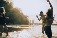 Amis de hippie à la plage Photographie stock libre de droits