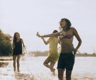Amis de hippie à la plage Images libres de droits